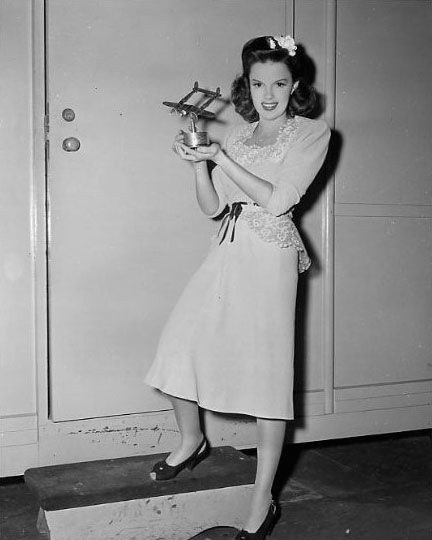 judy-garland-publicity-photo-in-the-clock-14